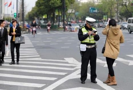 Кто вправе наказать пешехода за переход дороги в неположенном месте