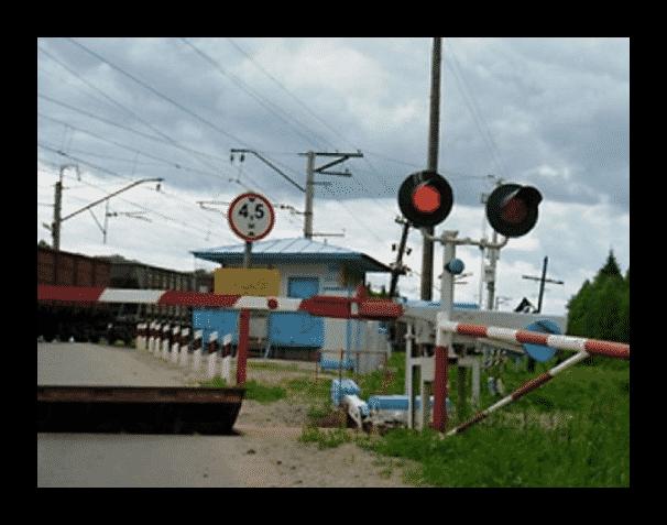 На железнодорожных переездах